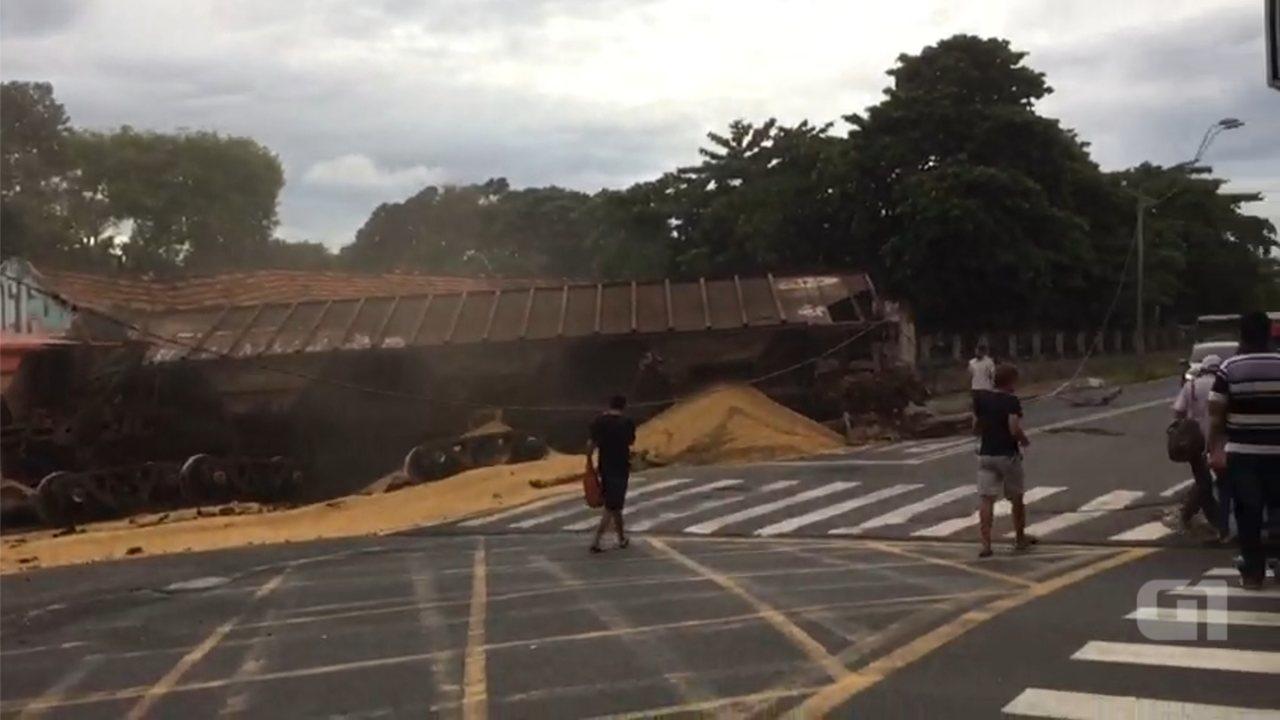 Trem carregado de soja descarrila no Centro de Rio Preto