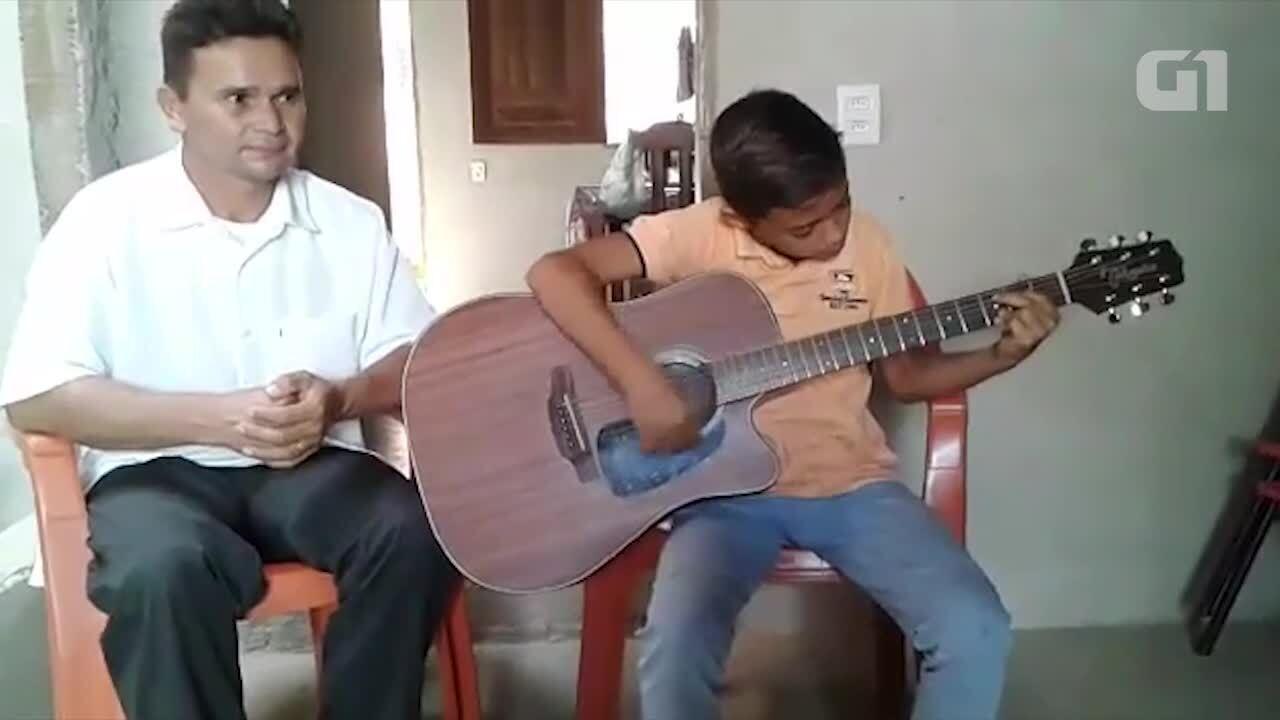 'Aprendiz de pedreiro' toca violão