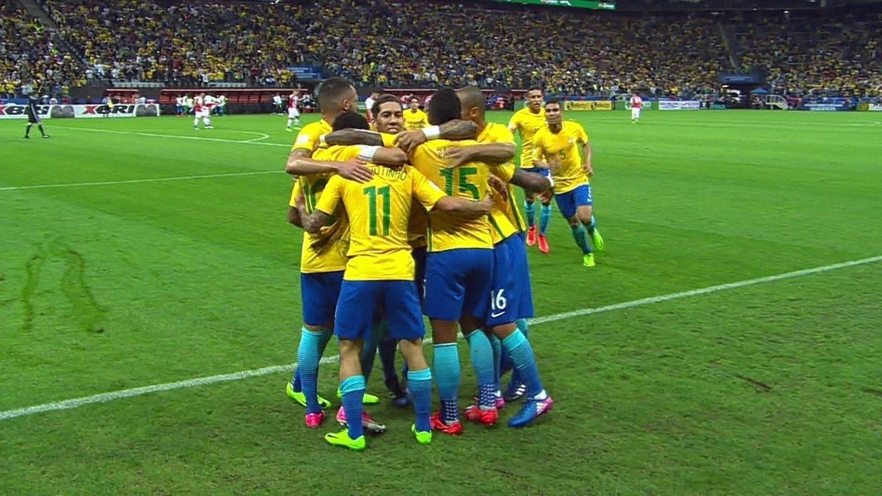 Gol do Brasil! Coutinho tabela com Paulinho, e bate no canto de Silva , aos 33' do 1º temp