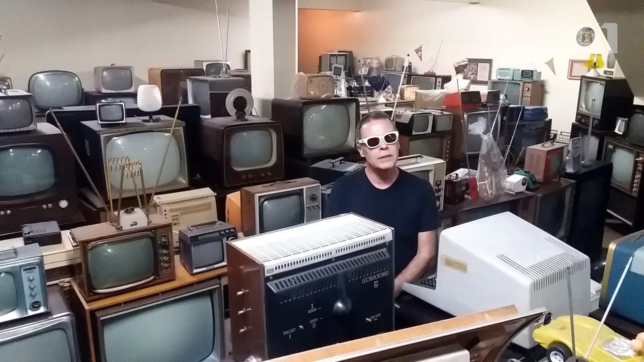 Colecionador usa conversor de sinal digital em TVs com mais de 45 anos