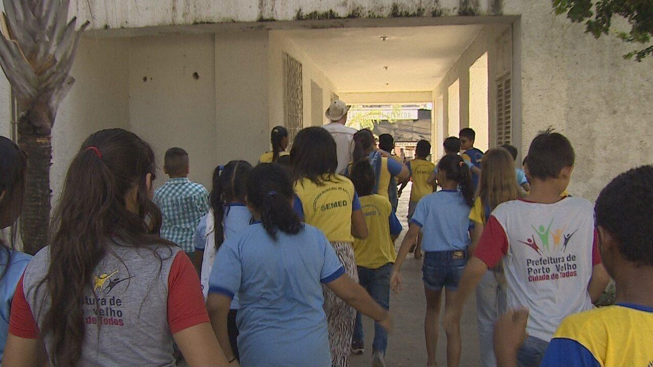 Estudantes tem aula diferente passeando por pontos históricos de Porto Velho