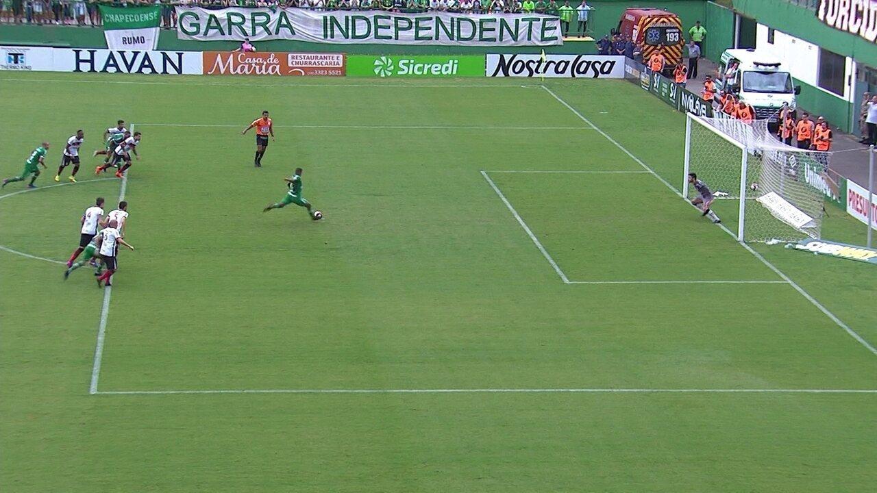 Gol da Chapecoense! Reinaldo cobra o pênalti e abre o placar, aos 33' do 1º Tempo