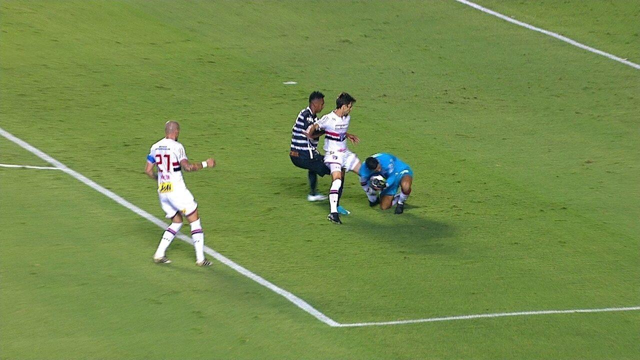 Jô recebe amarelo, mas árbitro retira após Rodrigo Caio assumir pisão em Renan Ribeiro, os 39' do 1º tempo