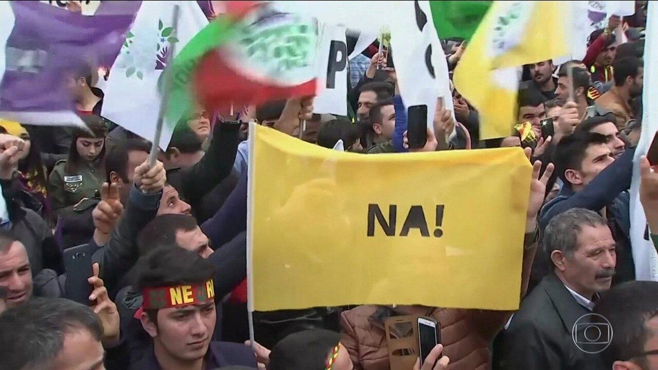 Turcos decidem ampliar poderes do presidente Recep Tayyip em votação