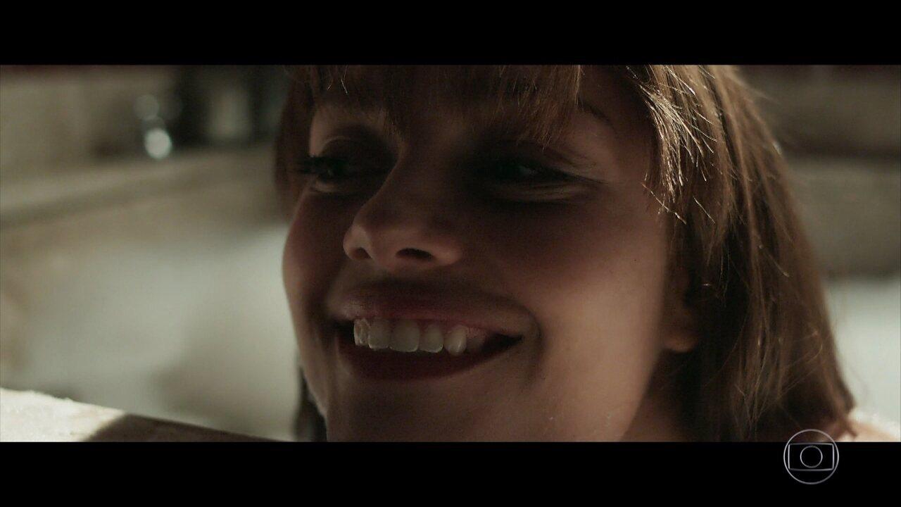 Depois de se conhecerem, Alice e Renato lembram do primeiro beijo