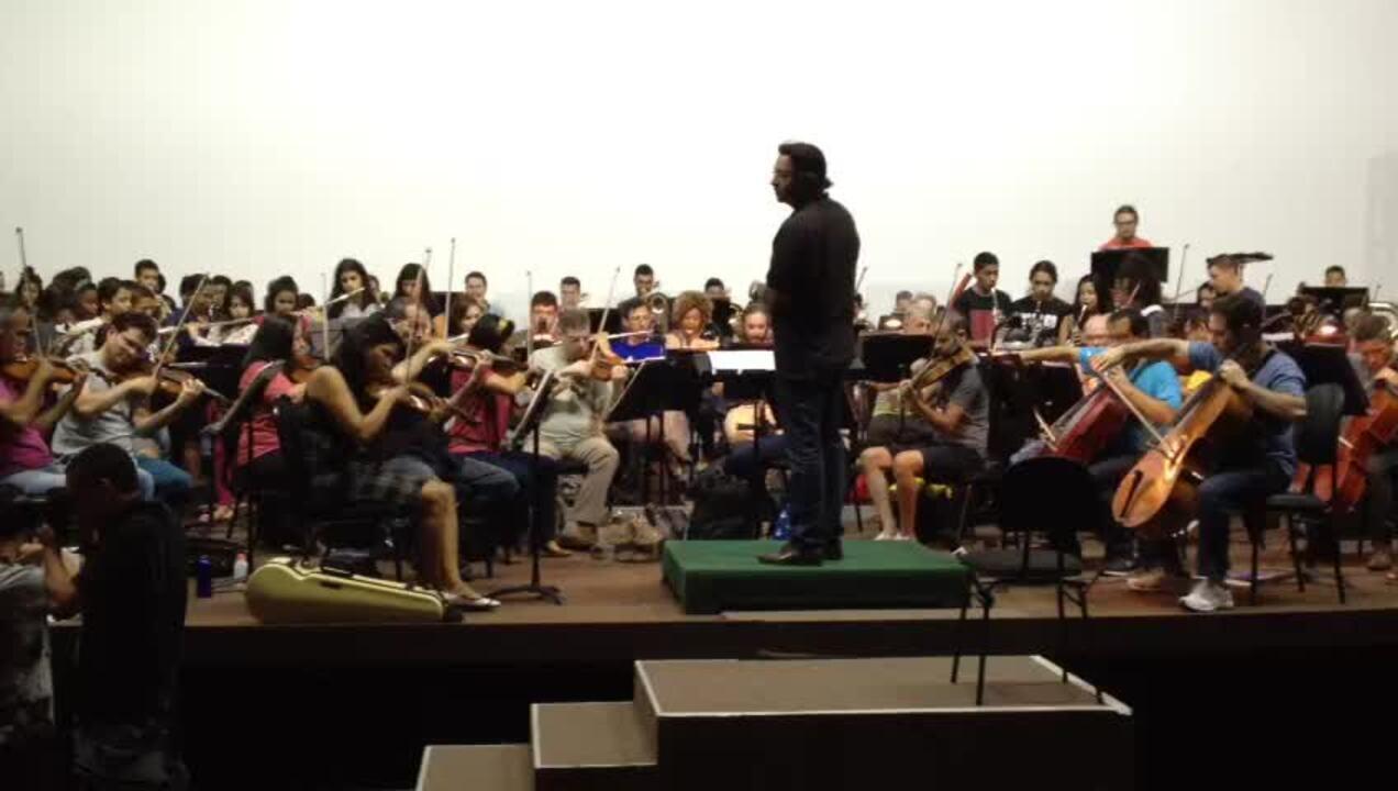 Alunos de projetos sociais do DF que envolvem música ensaiam para apresentação
