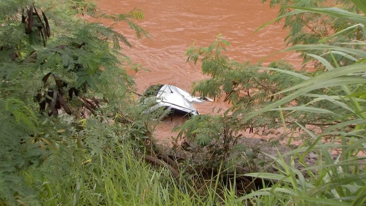 Carro levado pela enxurrada após cair em rio é encontrado em Campo Grande
