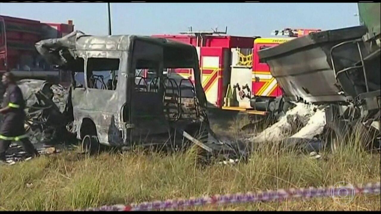Acidente com um ônibus escolar deixa 19 crianças mortas em Pretória