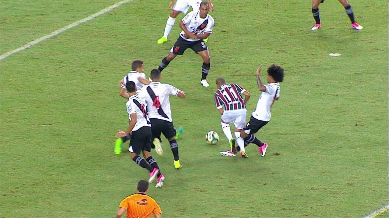 Fluminense pede pênalti em jogada de Wellington e Douglas, aos 10' do 1º tempo