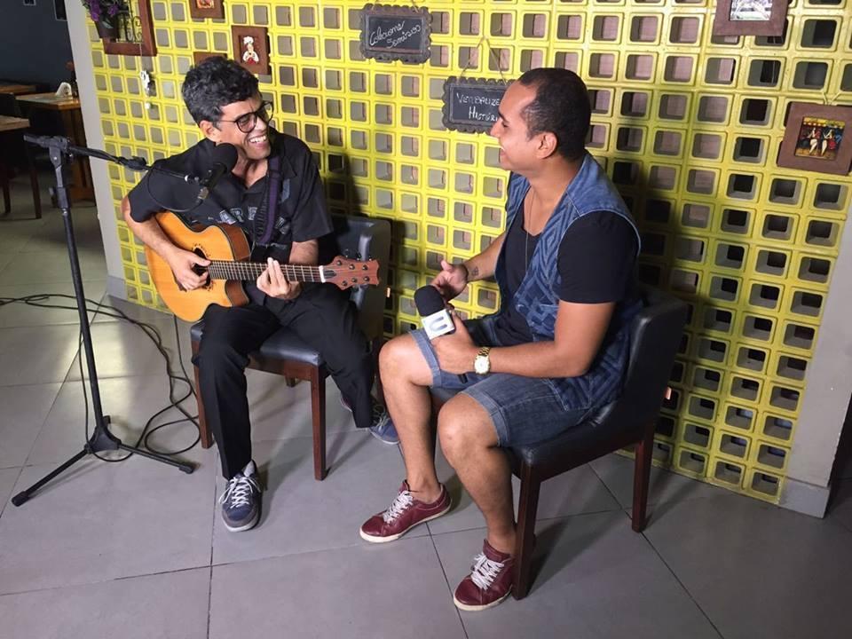 Apresentador Menilson Filho curte o som do cantor Minho San Liver
