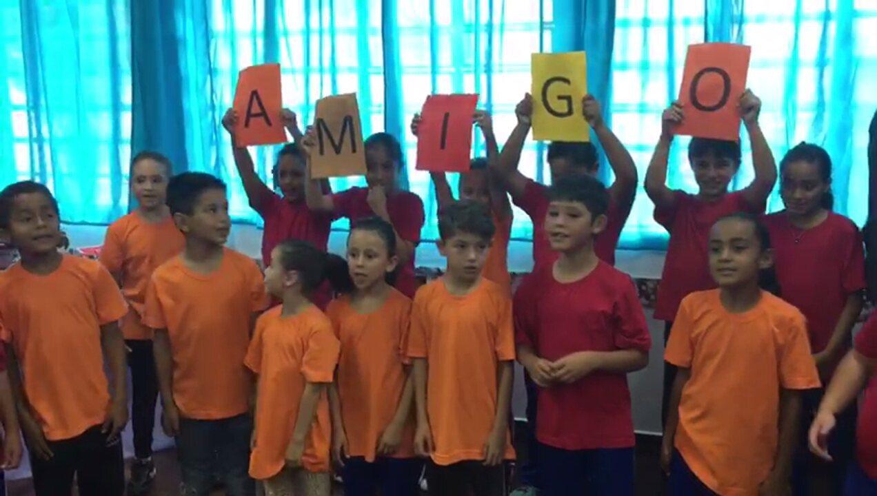 Crianças de escola pública curitibana fazem homenagem fofa para Rafa Gomes