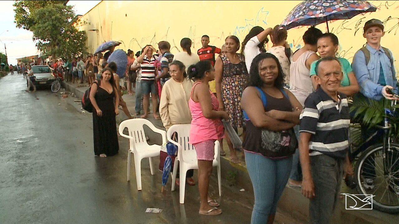 Pacientes dormem em fila para garantir consulta no Maranhão