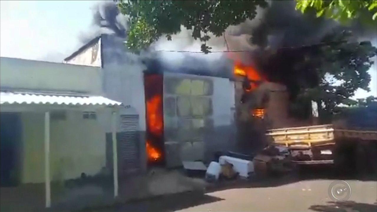 Incêndio destrói depósito de fábrica de embalagens em Ibitinga