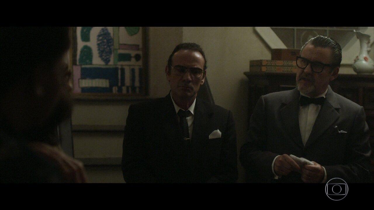 Arnaldo pede para Amaral levá-lo à casa de Renato e intimida Vera