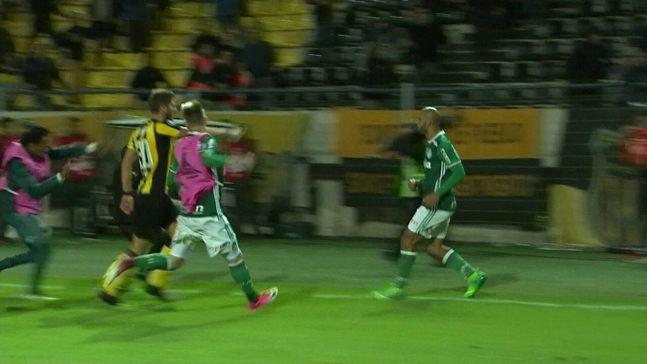Peñarol x Palmeiras acaba em pancadaria em campo e nas arquibancadas