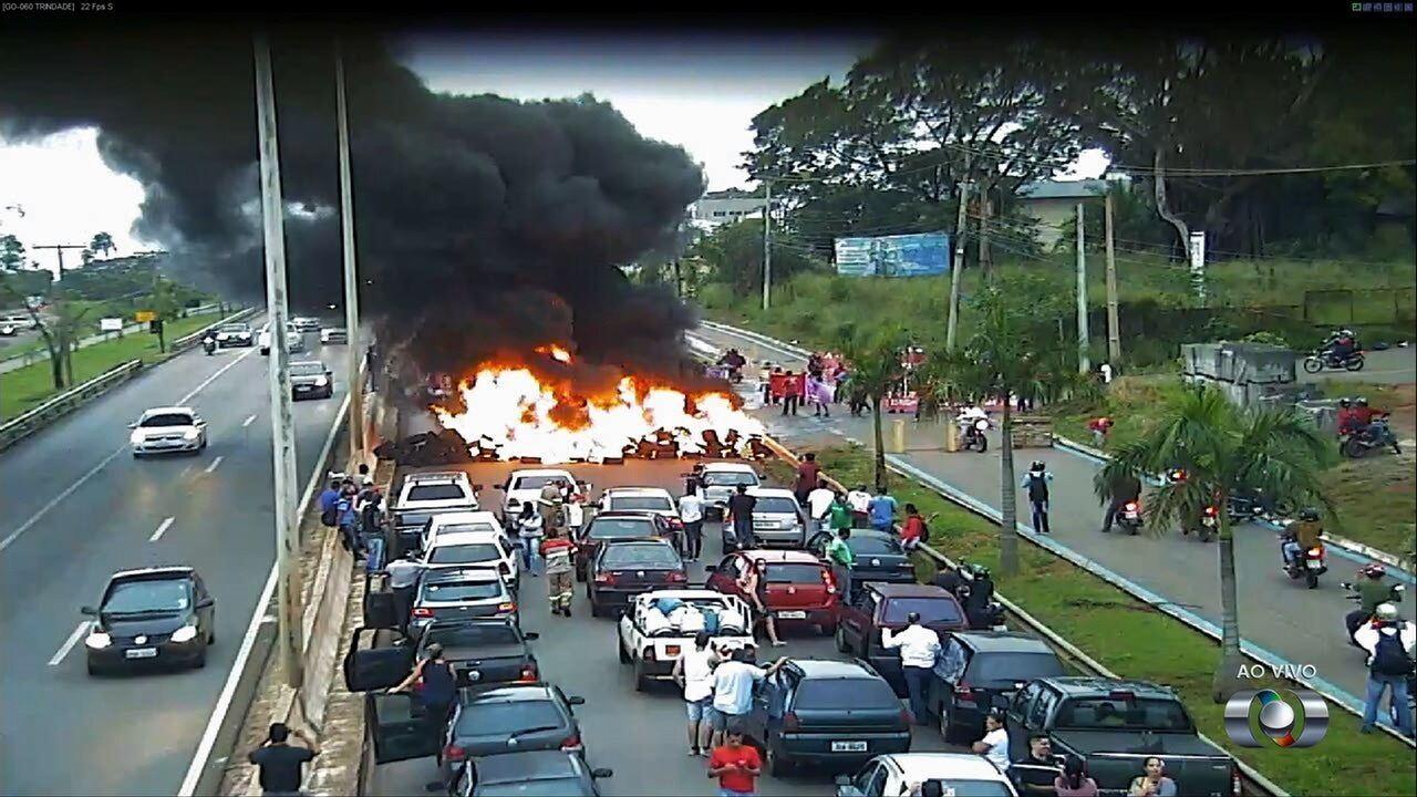 Manifestantes queimam pneus e bloqueiam a GO-060