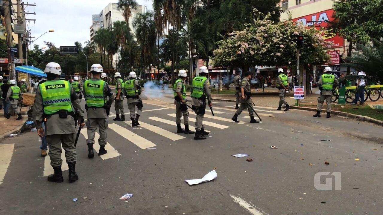 Mascarados entram em confronto com a PM em Goiânia, e jovem fica ferido