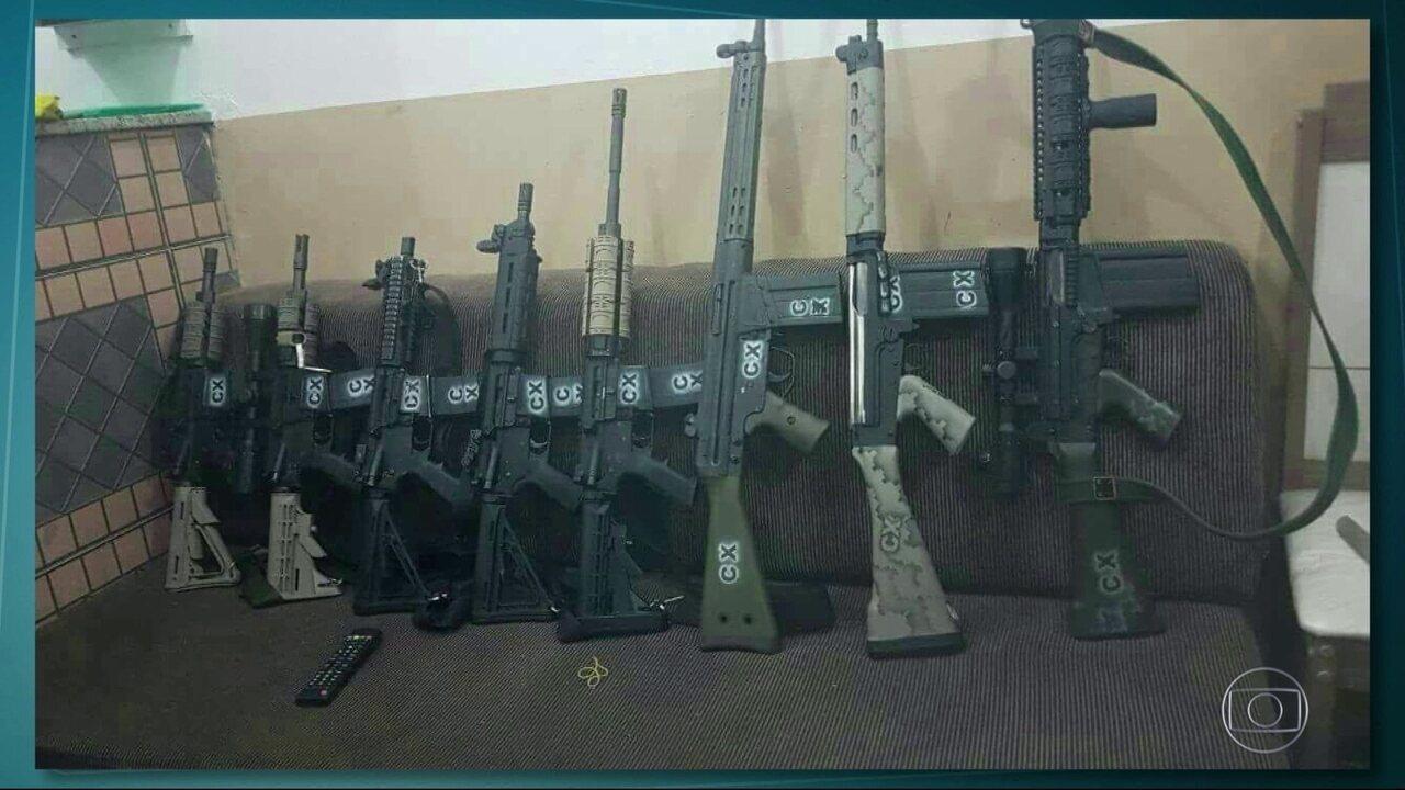 Traficantes usaram fuzis com a marca CX para invadir favela
