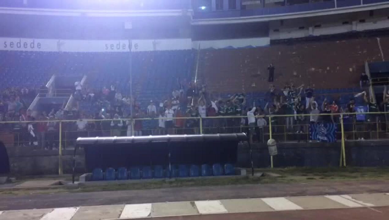 Torcida do Palmeiras apoia time durante treino em Cochabamba
