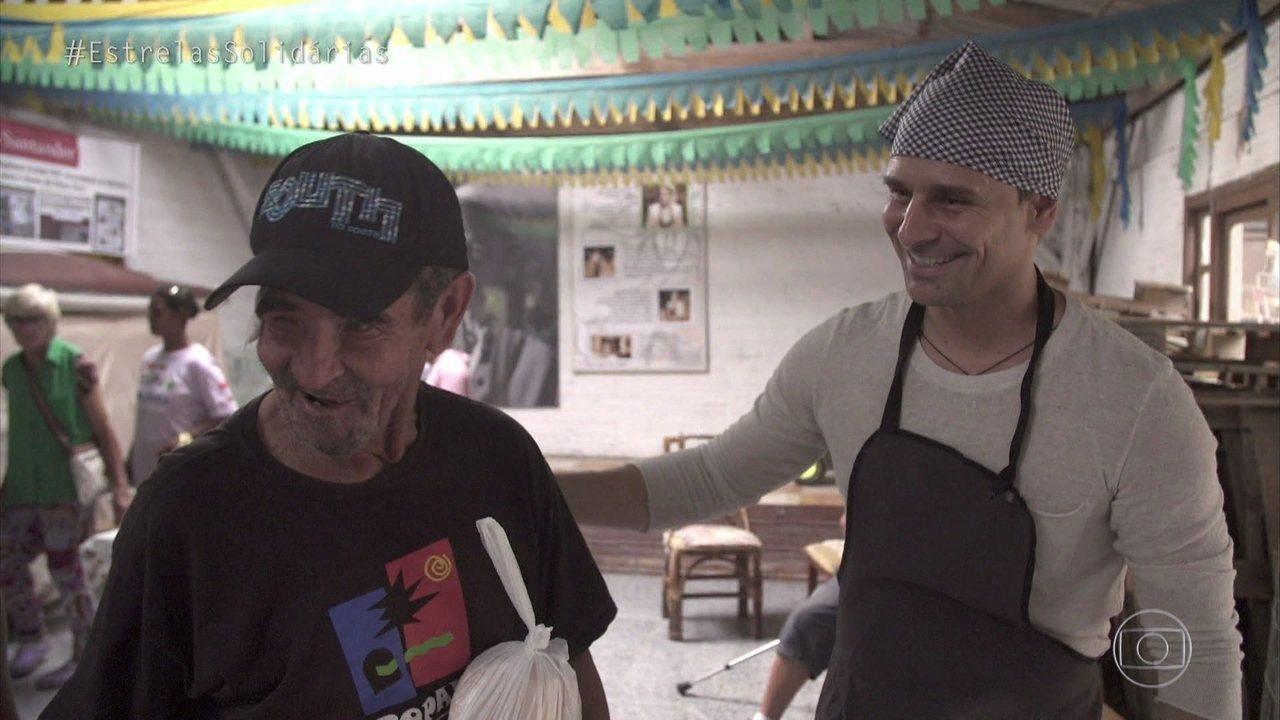 Murilo Rosa distribui pão em Capão da Canoa