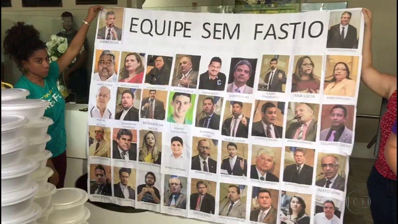 Manifestantes dão quentinhas e exigem fim de auxílio-alimentação de vereadores do Recife