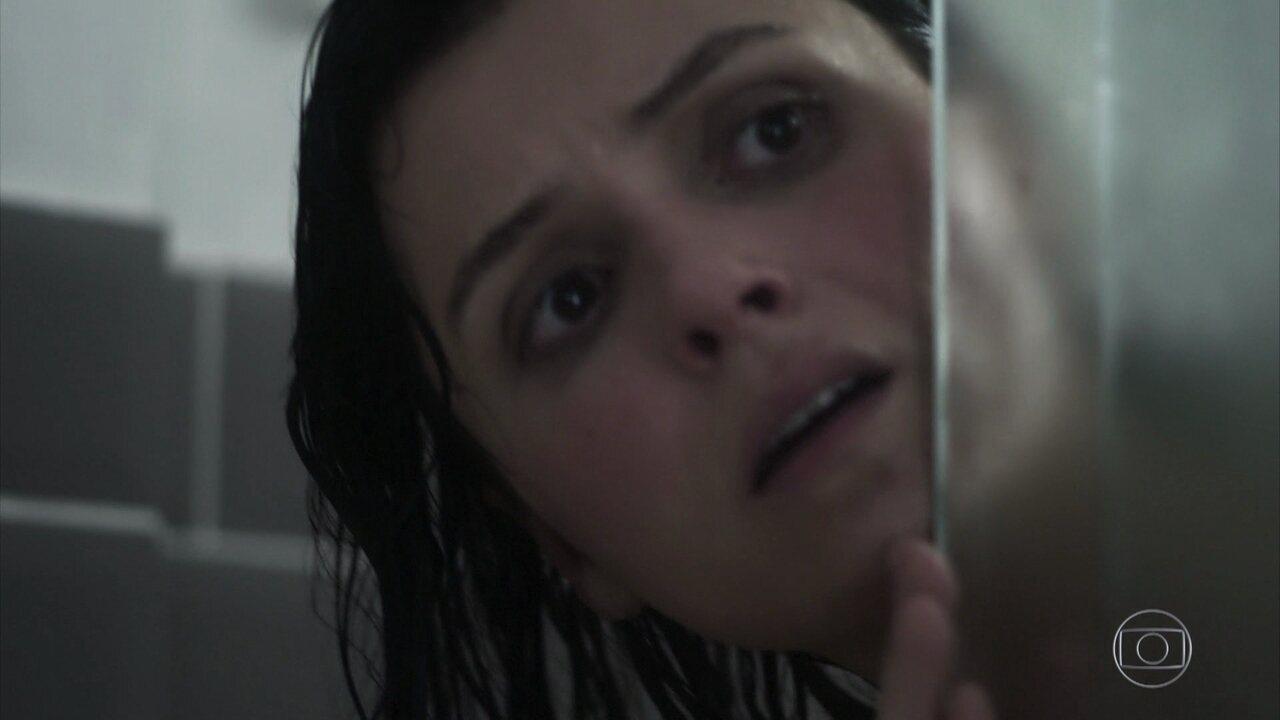 Celeste toma susto no banho. Advinha com quem?