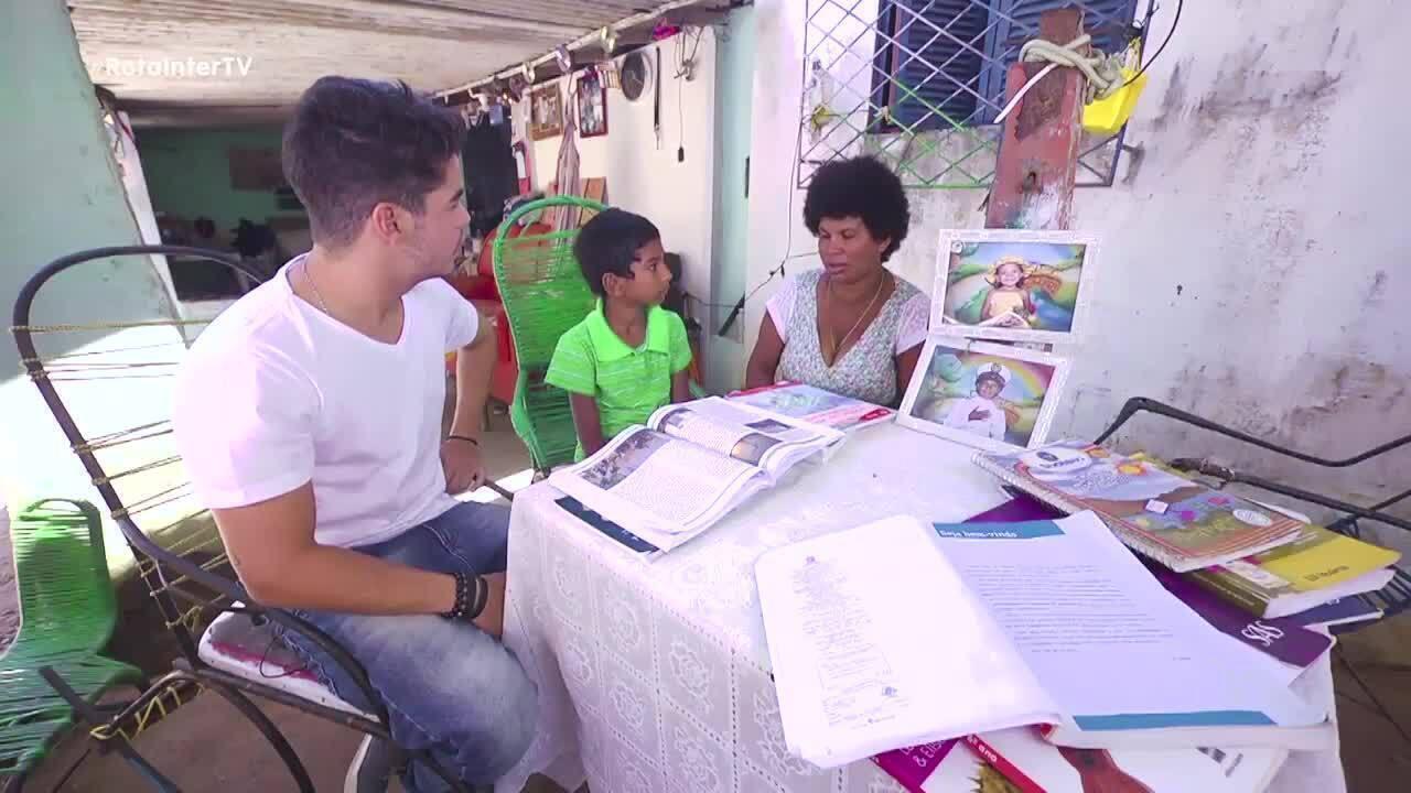 Leo Souza conheceu Sandra. A mãe que está sendo alfabetizada pelo filho de 11 anos
