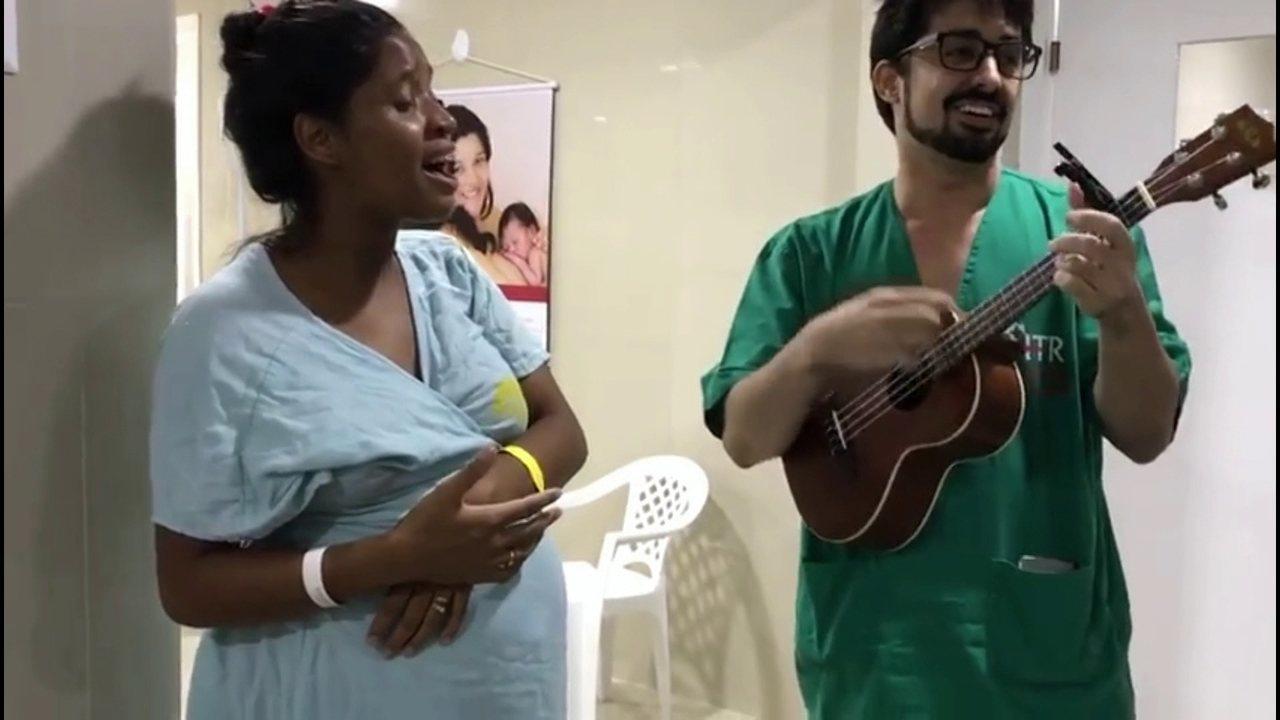 Médico faz dueto com gestante em hospital e tranquiliza momento do parto através da música