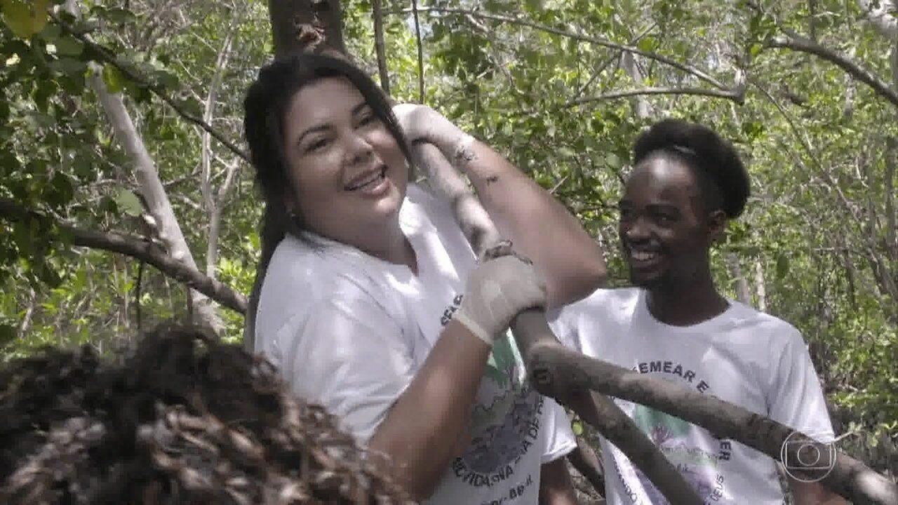 Fabiana Karla conhece projeto que faz limpeza do manguezal no Recife