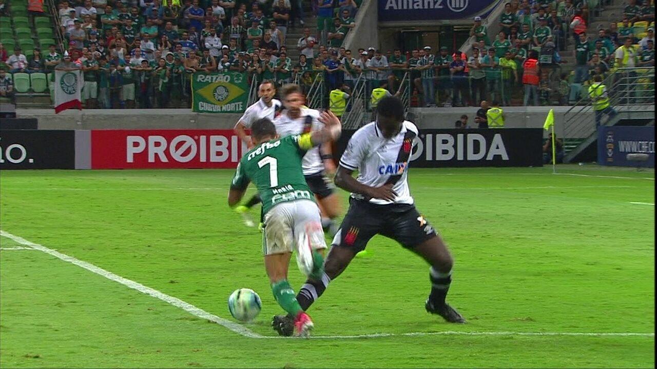 Pênalti para o Palmeiras! Dudu vai pra cima de Jomar, que faz falta na área aos 33 do 2ºT