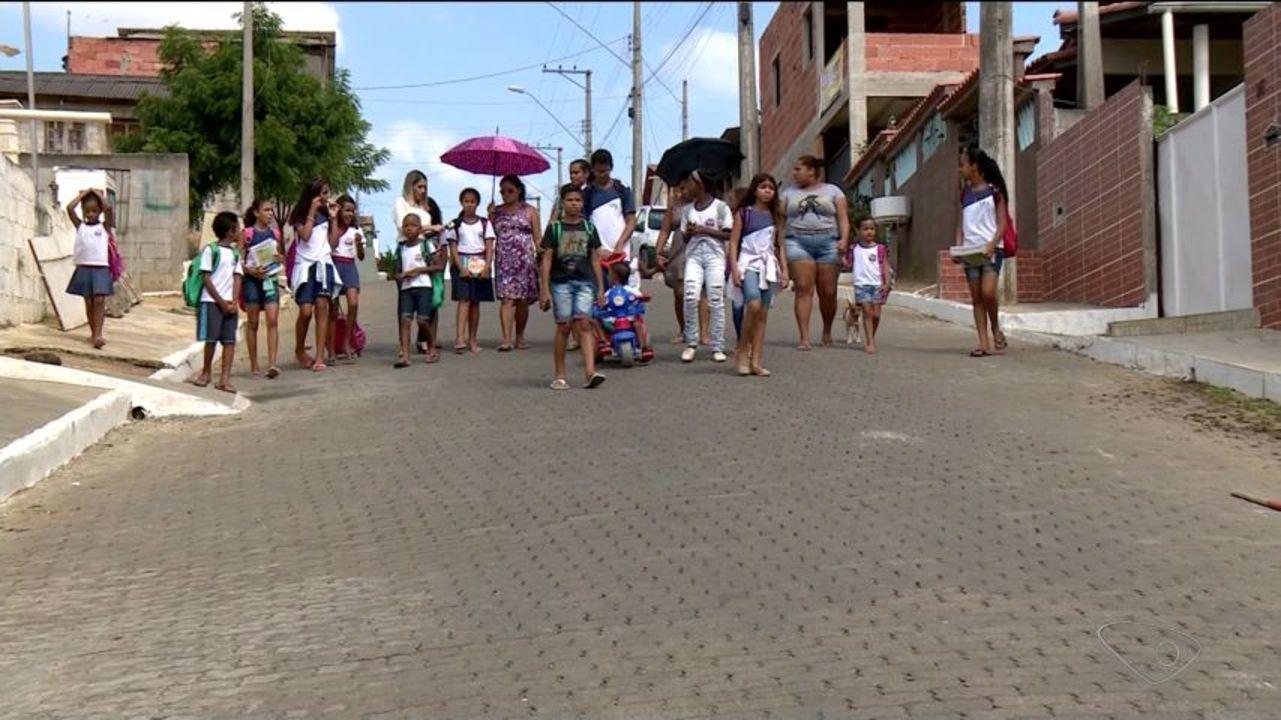 Sem ônibus, estudantes caminham 40 minutos para chegar à escola no ES