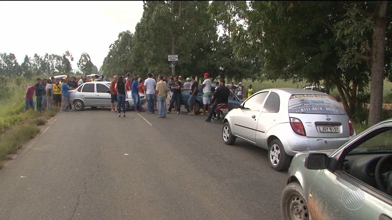 Moradores de Barra do Choça fazem protesto na BA-265 contra o aumento de passagens