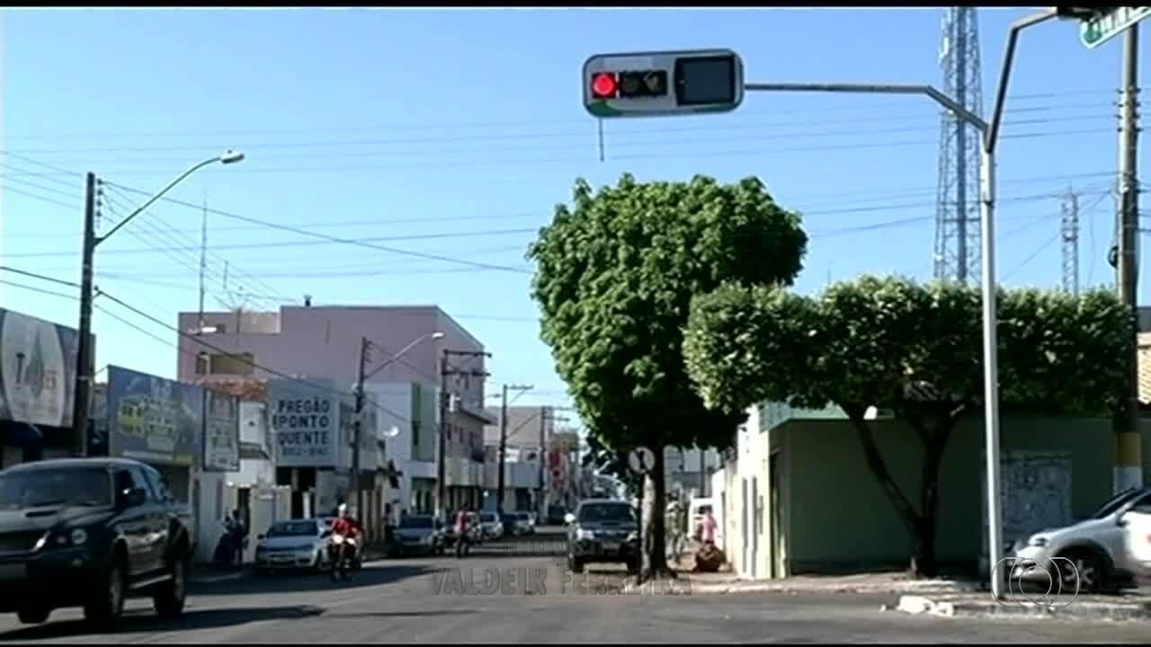 Falta de sinalização e mão única em rua de Gurupi deixa motoristas em risco