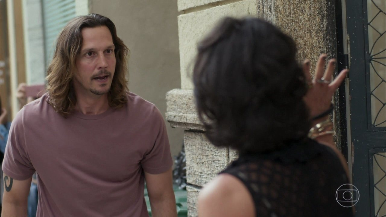 Rock Story - capítulo de terça-feira, dia 16/05/17, na íntegra - Zac fica indignado com Gui ao ver o vídeo da discussão entre o pai e Mariane. Lázaro diz a Diana que fará com que Gui agrida Mariane para acabar com a carreira do músico