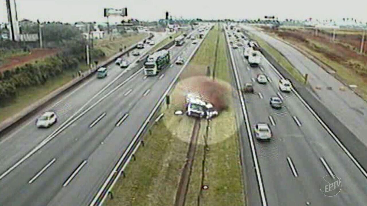Colisão entre caminhão e outros 4 veículos bloqueia pista da Rodovia Dom Pedro