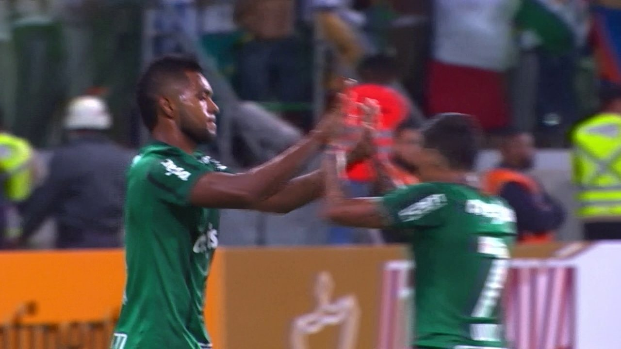 Gol do Palmeiras! Felipe Melo cruza para Willian, mas Léo Ortiz marca contra aos 32' do 1º