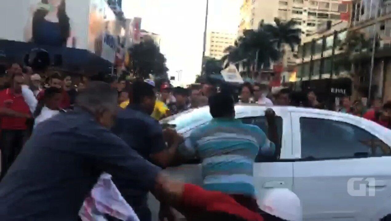 Manifestantes depredaram veículo após atropelamento, em Goiânia