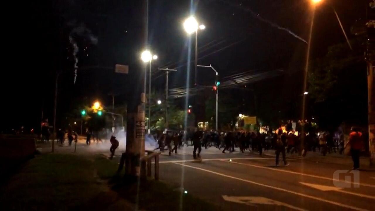 Em protesto paralelo, grupo tenta derrubar contêiner de lixo em Porto Alegre