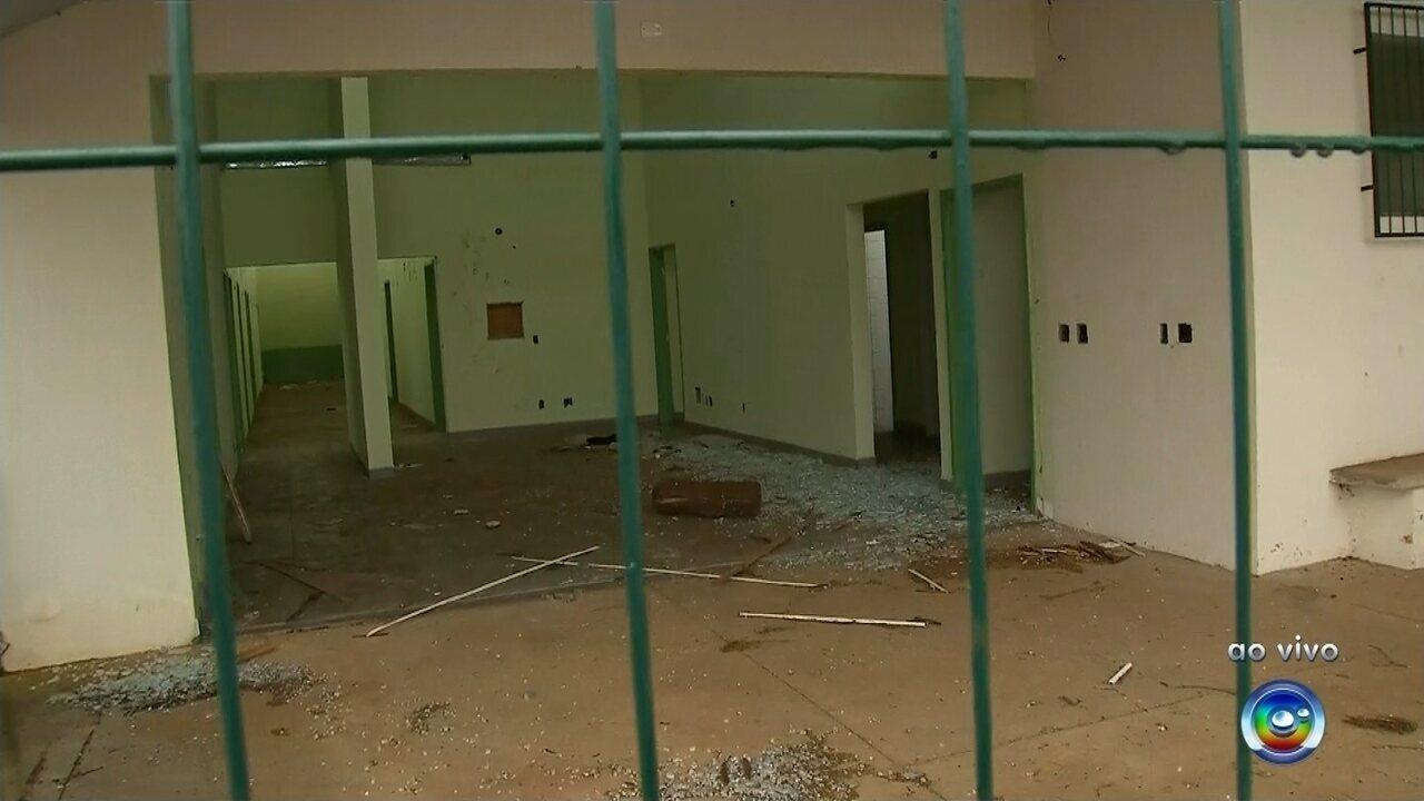 Unidade de Saúde está abandonada e sendo depredada por vândalos em Bauru
