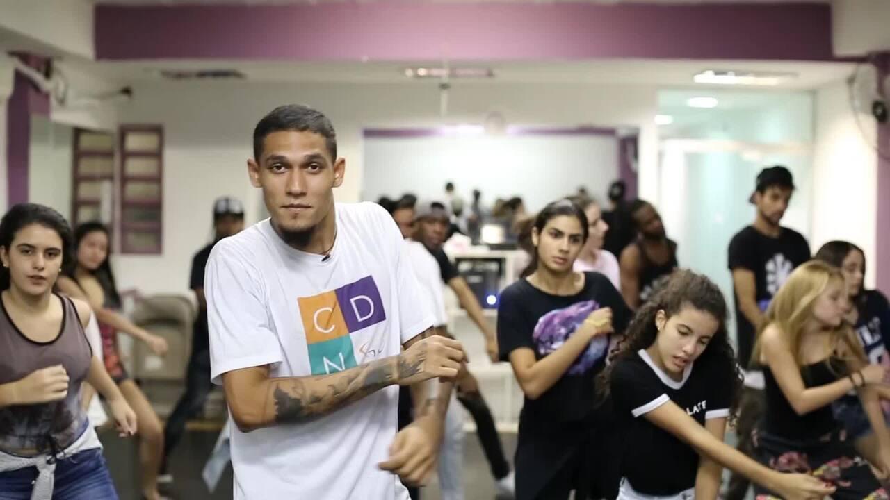 Aula de dança inspirada em coreografias de clipe lotam academias do Rio de Janeiro