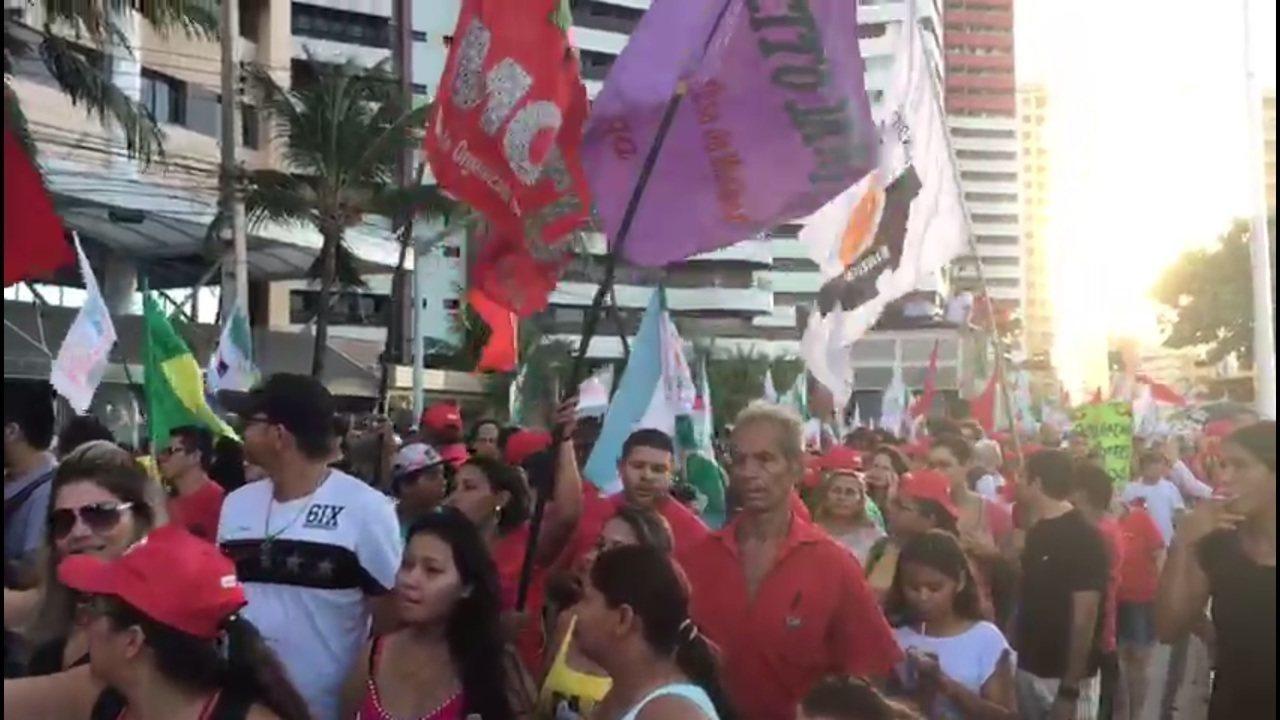Manifestantes gritam 'fora, Temer' em ato que pede a saída do presidente em Fortaleza