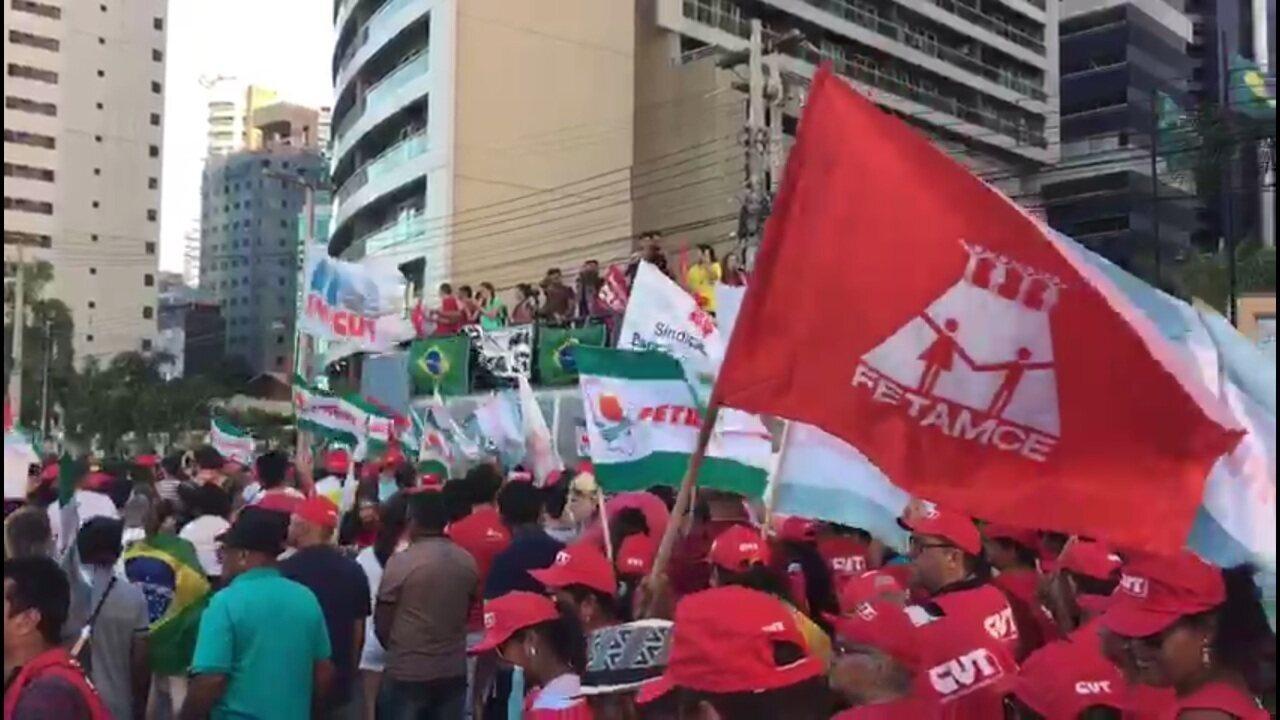 Manifestantes pedem 'diretas já' e saída de Temer em ato em Fortaleza