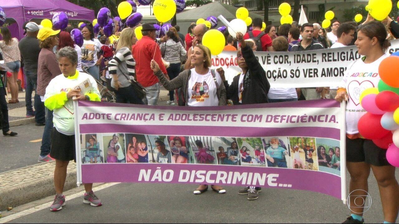 Dia Nacional da Adoção é comemorado com caminhada na Praia de Copacabana