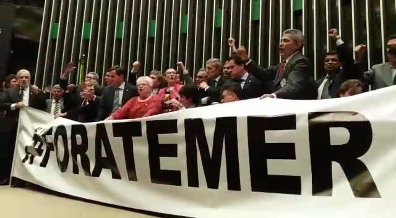 Deputados da oposição e da base trocam gritos no plenário da Câmara; vídeo