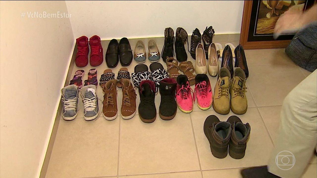 Tirar os sapatos para entrar em casa pode ajudar a deixar a sujeira do lado  de 4d243675572