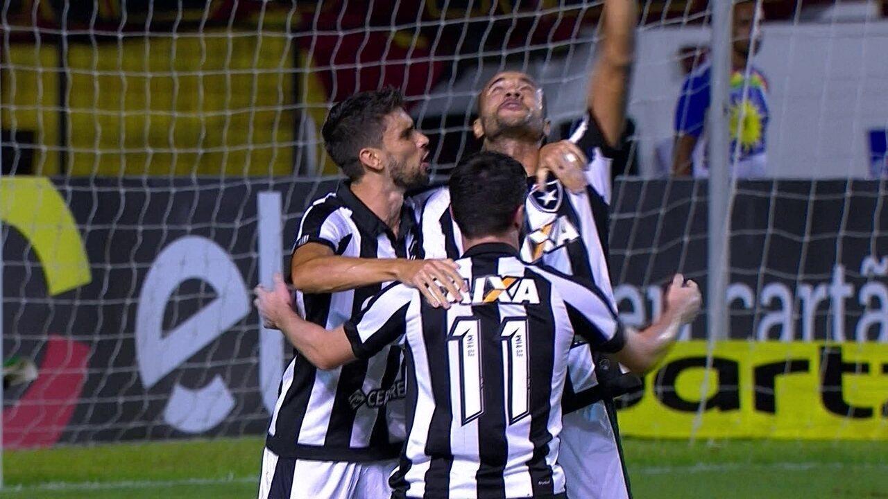 Gol do Botafogo! João Paulo lança e Roger dribla marcador e marca aos 11 do 1º tempo