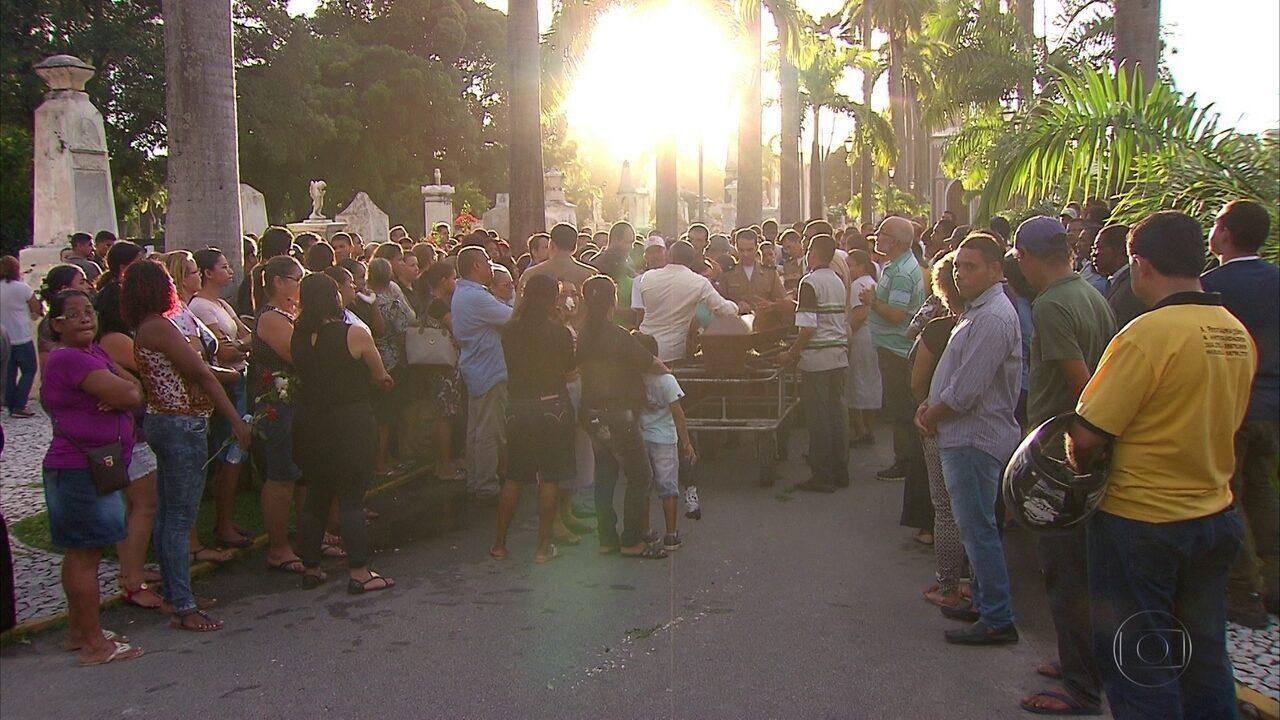 Emoção e revolta marcam enterro de tia e sobrinho mortos soterrados no Recife