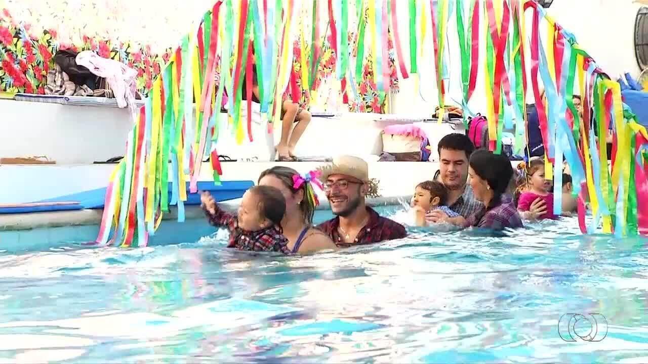 Quadrilha junina de bebês fazem alegria das famílias dentro da piscina