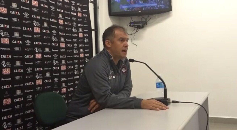 Eduardo Baptista planeja Atlético-PR para o jogo contra o Fluminense