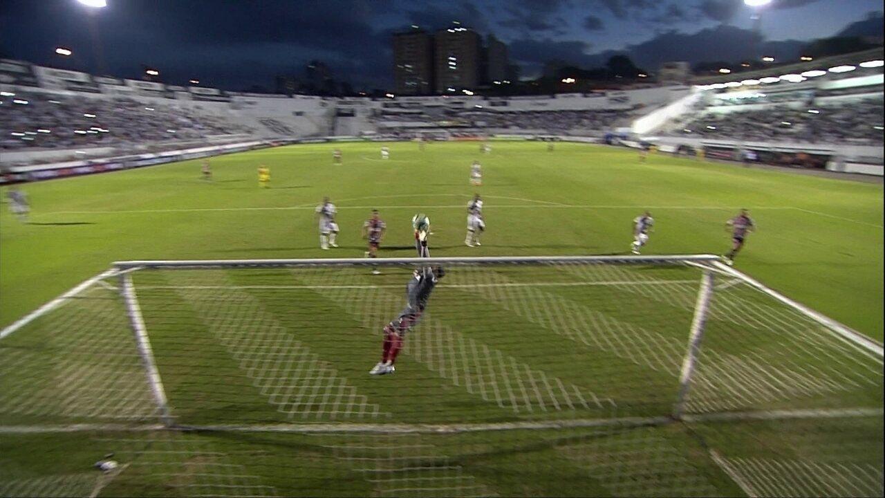 Léo Natel rola para trás e Gilberto bate de longe; Aranha se estica todo para evitar gol de empate no final